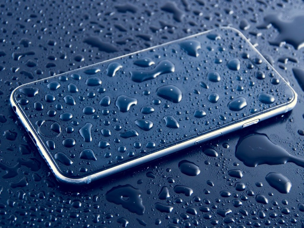 Что делать если телефон упал в воду?